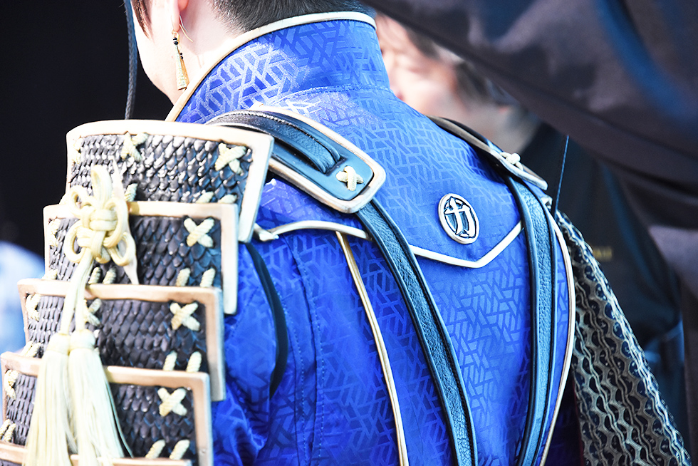左肩に甲冑、右肩にマント、背中には力マークも